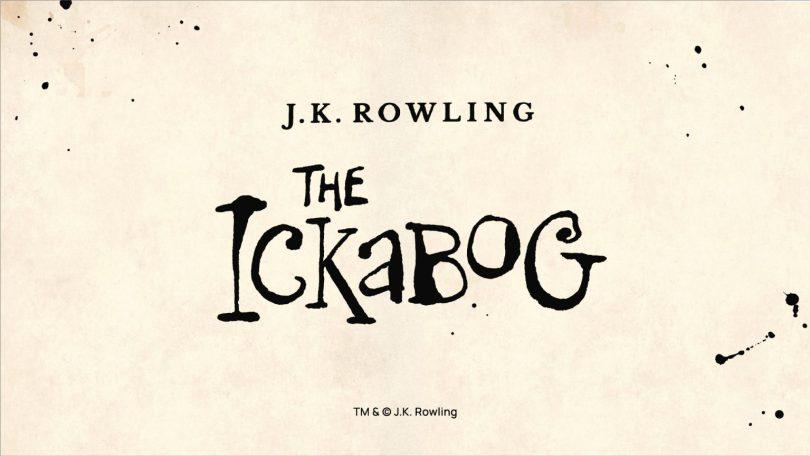 Imagem com o logo de The Ickabog em fundo de papel e manchas de tinta. O logo é criado com uma fonte de se assemelha a algo criado com uma caneta de tinteiro, mas não muito rebuscado, mais infoantil. Acima, o nome da autora, J.K. Rowling.