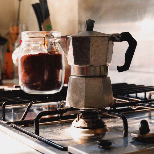 Café en casa elaborado en cafetera italiana. Fotografo: Eric Barbeau