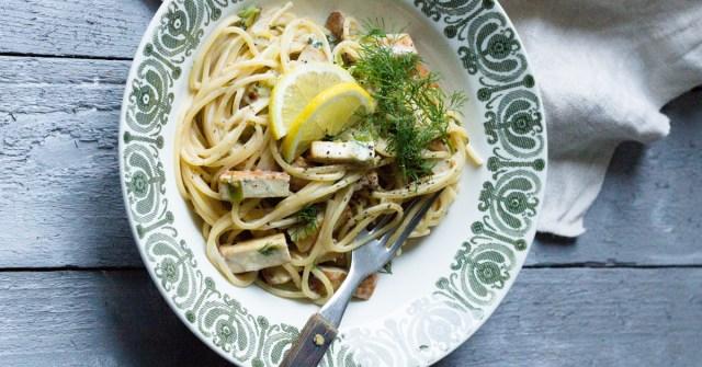 Savutofusta tehty pasta-annos lautasella.