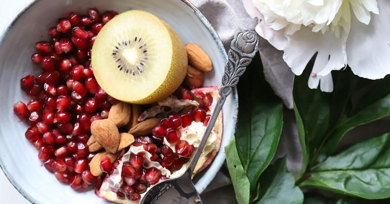 Kovaan kuntoon kasviksilla. Kuvassa hedelmiä ja pähkinöitä.