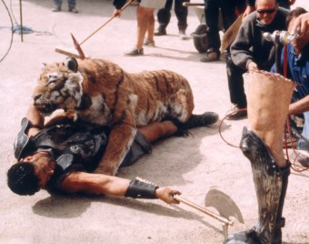 Animatronic Tiger on set with Russell Crowe