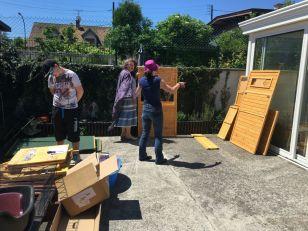 Anne, Sam et Gaëlle entament le montage d'un poulailler XXL !