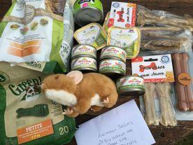 Sylvie nous a envoyé un colis plein de bonnes choses qui a fait le bonheur de chats et chiens. La souris en peluche a été adoptée par notre Didi, il ne laisse personne l'approcher ! Merci Sylvie.