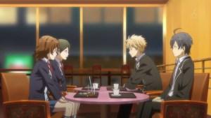 カフェで食事する四人の図