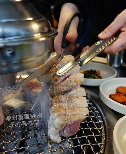 濟州島烤黑豬肉.웃뜨르 우리돼지에서 (嗚的了 我們的黑豬) @愛吃鬼芸芸
