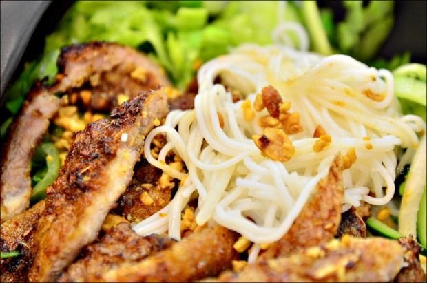 東區美食.霜越南河粉,涼拌越式米粉、法式麵包、生菜捲,夏日輕食(姐姐食記)
