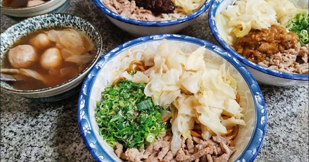 微笑老蕭拉麵,現淋三大匙滾燙油的蔥油肉絲拉麵是招牌 @愛吃鬼芸芸
