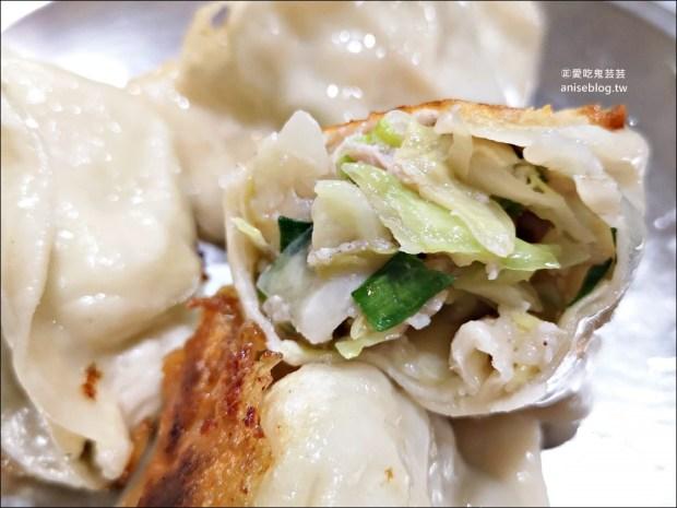 東霖煎餃,披著煎餃皮的水煎包,高麗菜餡鮮脆美味,基隆巷弄隱藏人氣排隊美食(姊姊食記)