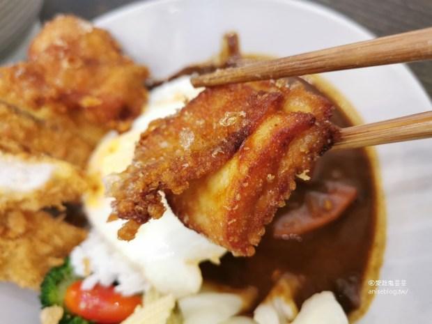 厚宅咖哩,香辣夠味炸雞塊外脆內多汁,免費加飯加醬不加價!