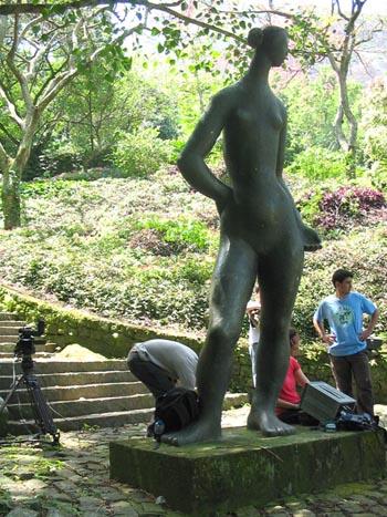 """A equipe prepara a gravação aos pés de uma mulher """"brecheretiana""""."""