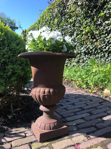 achtertuin gietijzeren pot