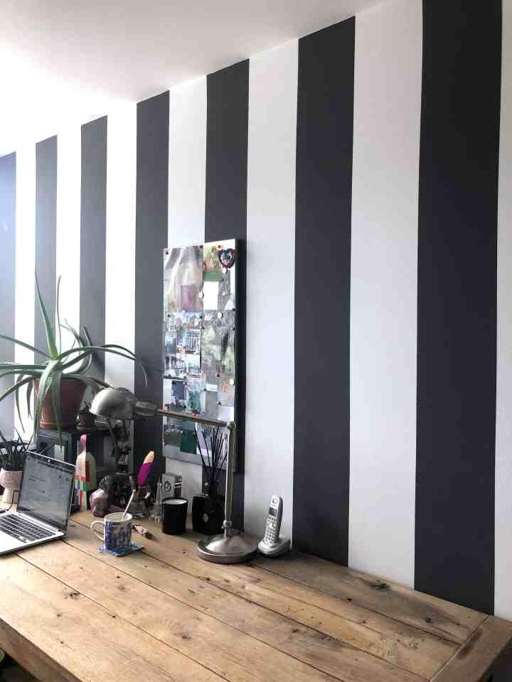 gestreepte muur in werkkamer