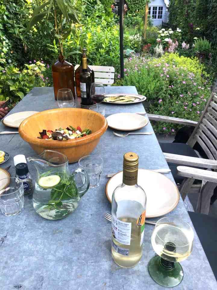 Genieten van mijn tuin-buiten eten