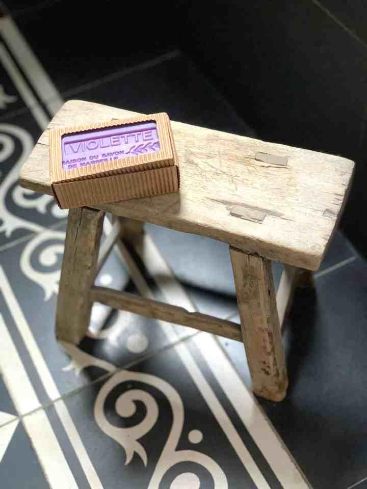 houten krukje badkamer