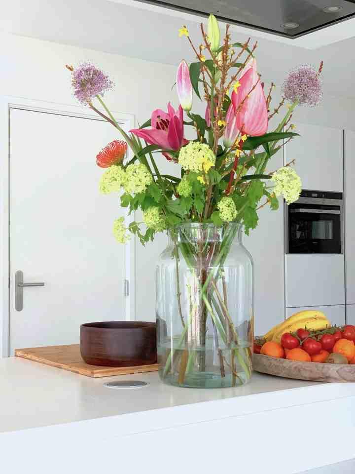 bloemen in keuken