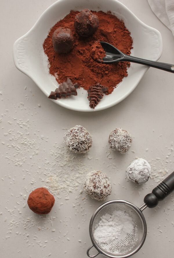 Baileys Almond Truffles, the most delicious and creamy truffles you will ever taste and only 4 ingredients. A yummy snack or dessert treat.