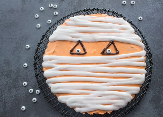 Halloween Mummy Giant Chocolate Chip Cookie, the best, fast and easy decorated cookie recipe. A delicious party treat,your kids will love it!