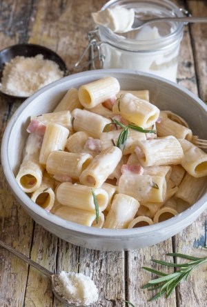mascarpone pasta in a bowl on a wooden board