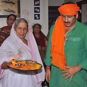 manoj-tiwari-with-mother