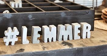 Handgemaakt en stuk voor stuk uniek, dat zijn de letters, cijfers en tekens van Beton & Zo. We hebben kleine magneetjes, huisnummers en decoratieve letters voor je bij 't Anker.