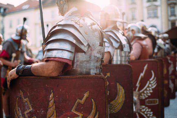 Römische Legionäre in voller Rüstung und mit Schild.