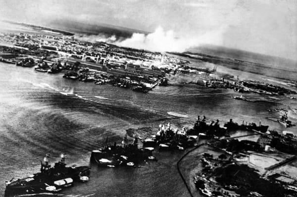 Blick aus einem japanischen Flugzeug beim Angriff auf den Hafen von Pearl Harbor