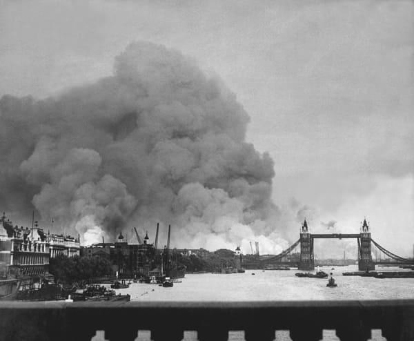 Schwarz-weiß Foto des ersten deutschen Luftangriffs auf London im Zweiten Weltkrieg