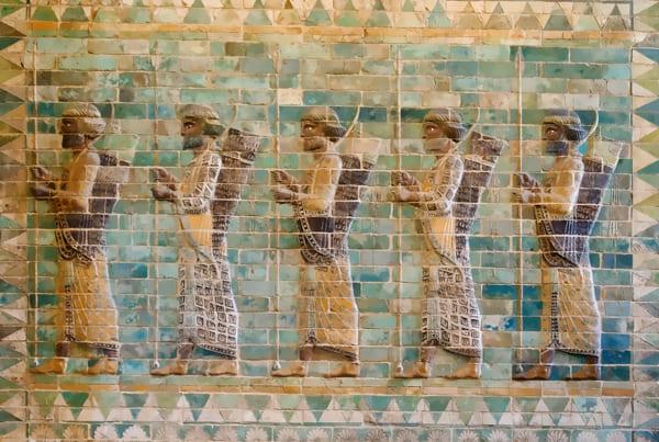 Relief mit den Silhouetten persischer Soldaten
