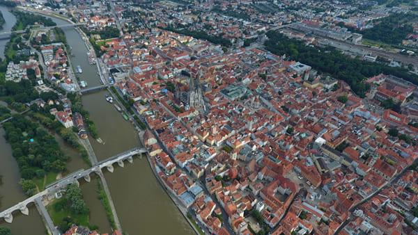 Luftaufnahme eines Panoramas der Regensburger Altstadt mit Steinerner Brücke und Dom