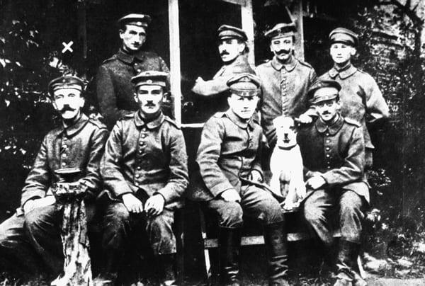 Foto von Weltkriegssoldaten, links unten davon Adolf Hitler