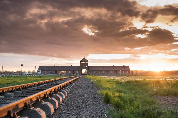 Foto der Eisenbahn und des Eingangs zum Konzentrationslager Auschwitz-Birkenau