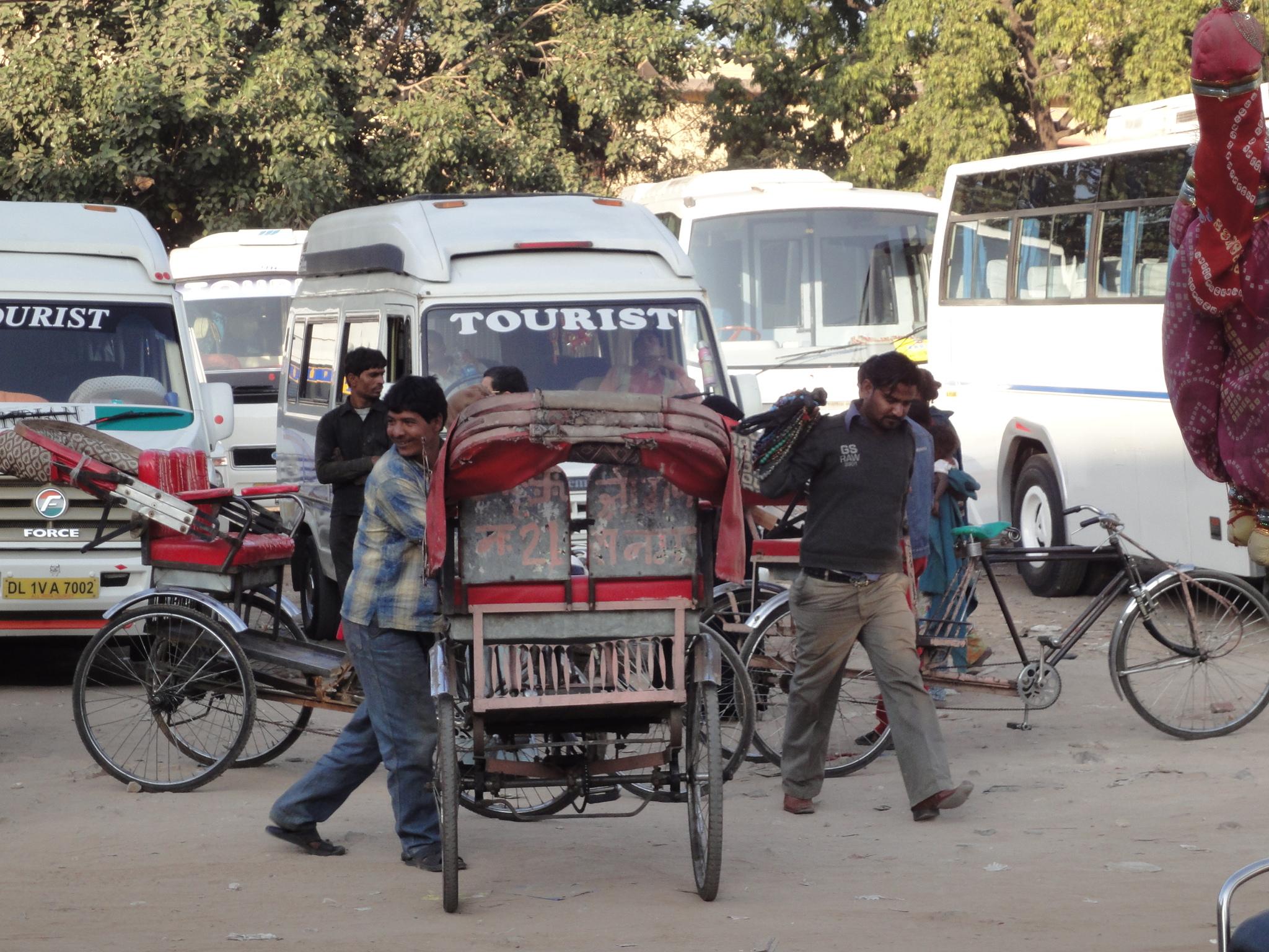 Rikshas auf dem Parkplatz vor dem Citypalast warten auf Kundschaft