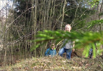 Upptäckt! Casper och Ludvig har precis upptäckt mitt gömställe :)