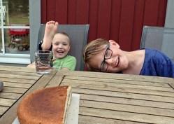 Ludvig och kusin Lukas - efter badet dags för fika...