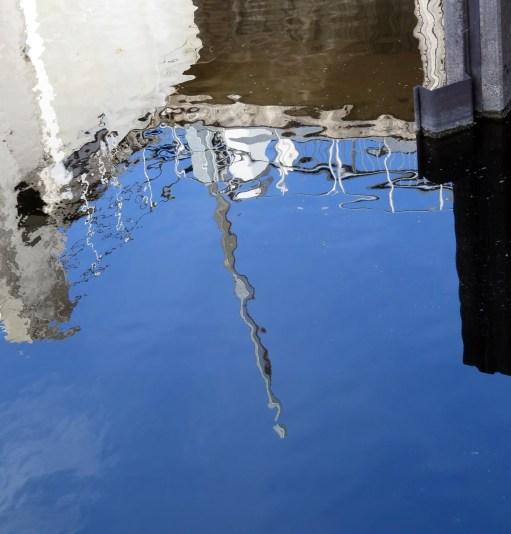 Följde vattnet förbi dammluckorna - tyckte det speglade sig fin i det vågiga vattnet...