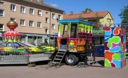 Vid torget förbereds för Pingstaftonens marknad med bl.a. Tivoli