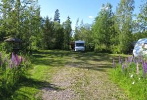 Bra plats mitt i ... stora och små platser - efter behag. Alla platser med egna grillplatser och sittplats under tak :)