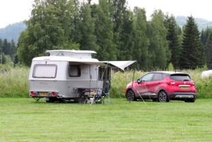Liten bil och liten husvagn ... funkar också bra.