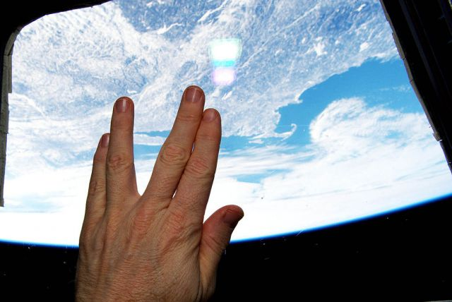 "Astronaut_Salutes_Nimoy_F rom_Orbit - ¡ÌÙfl""Ò·ˆÔ"