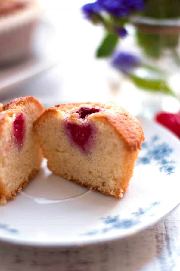 Raspberry Rose Financiers. Super light, soft and delicious cakes topped with juicy raspberries soaked in rose wine. So delicious! | http://annabanana.co/