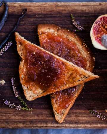 Yummy and easy recipe for fig jam with vanilla. Tastes delicious on toast or as a topping for porridge or muffins | via@ annabanana.co