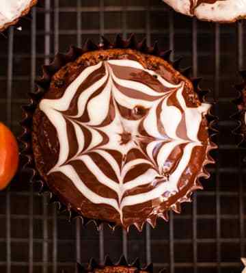 Chocolate Fudge Spiderweb Muffins! Delicious treat for Halloween, super chocolatey and ready in less than 1 hour! Made with aquafaba, 100% vegan! | via@ annabanana.co