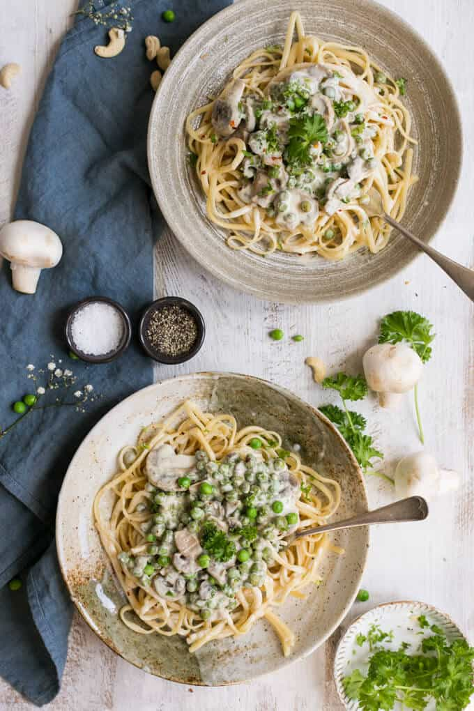 Recipe for spaghetti carbonara with super creamy cashew sauce | via @annabanana.co