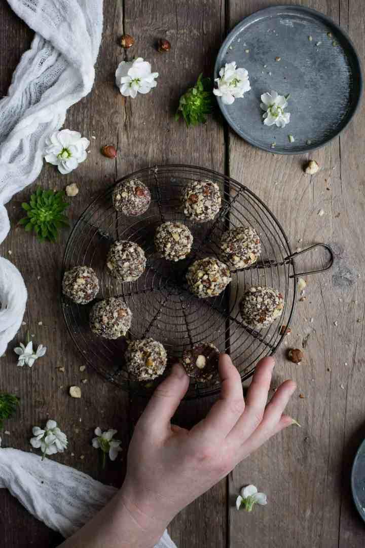 Delicious vegan Ferrero Rocher truffles | via @annabanana.co
