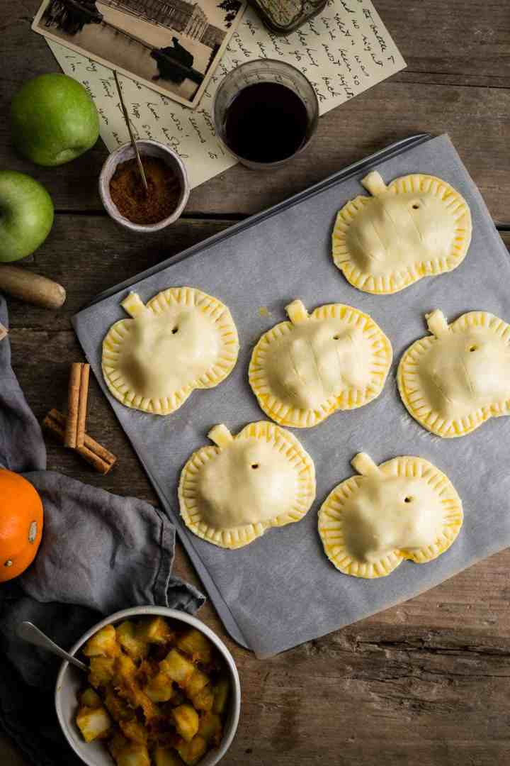 Easy and delicious recipe for spiced apple and #pumpkin hand pies #vegan | via @annabanana.co