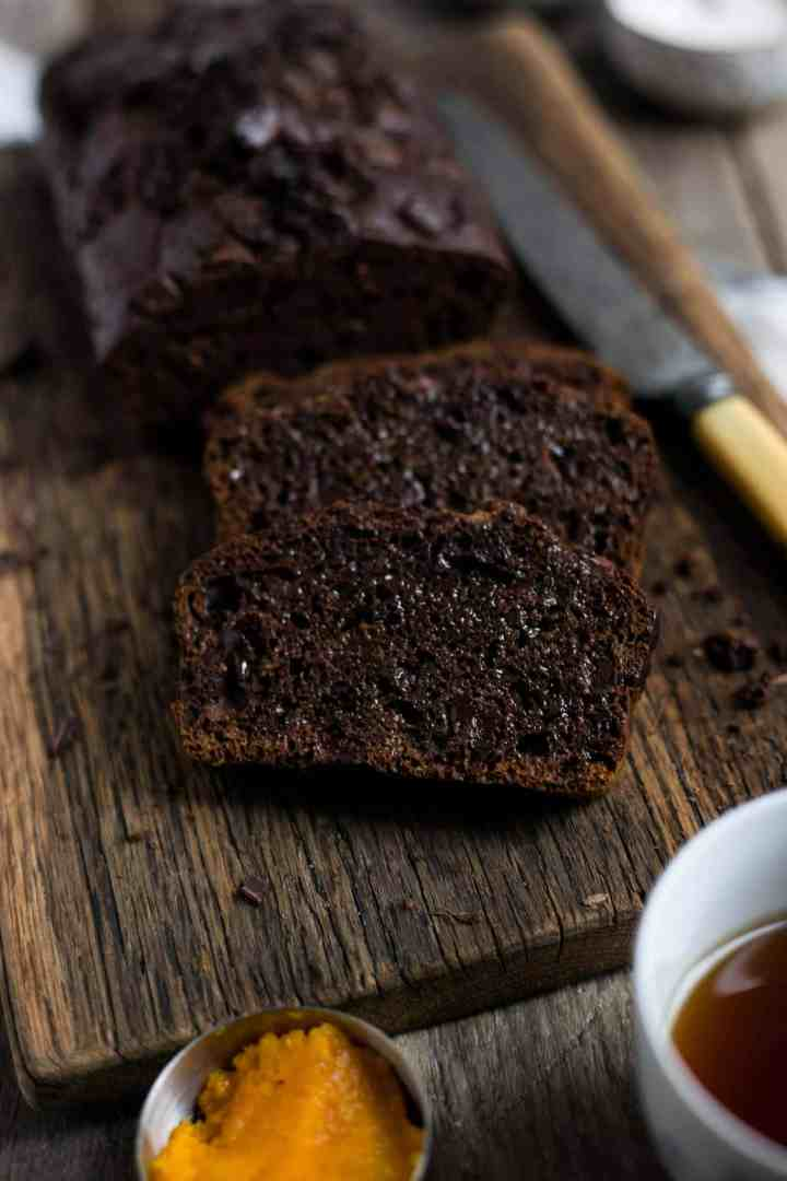 Spiced pumpkin and chocolate bread. Delicious and easy recipe for perfect seasonal bake! #vegan #pumpkin bread | via @annabanana.co