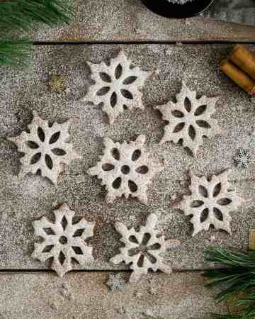 Cinnamon & maple snowflake cookies made with buckwheat flour. Perfect as a Christmas treat, also great as a gift for the loved ones, or a decoration for your Christmas tree! #glutenfree #vegan #cookies   via @annabanana.co