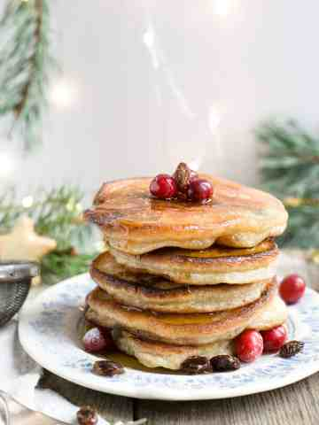 Sensational rum & raisin pancakes for breakfast or brunch! They are super easy to make, and will quickly become your favourite! #vegan #pancakes #dairyfree | via @annabanana.co