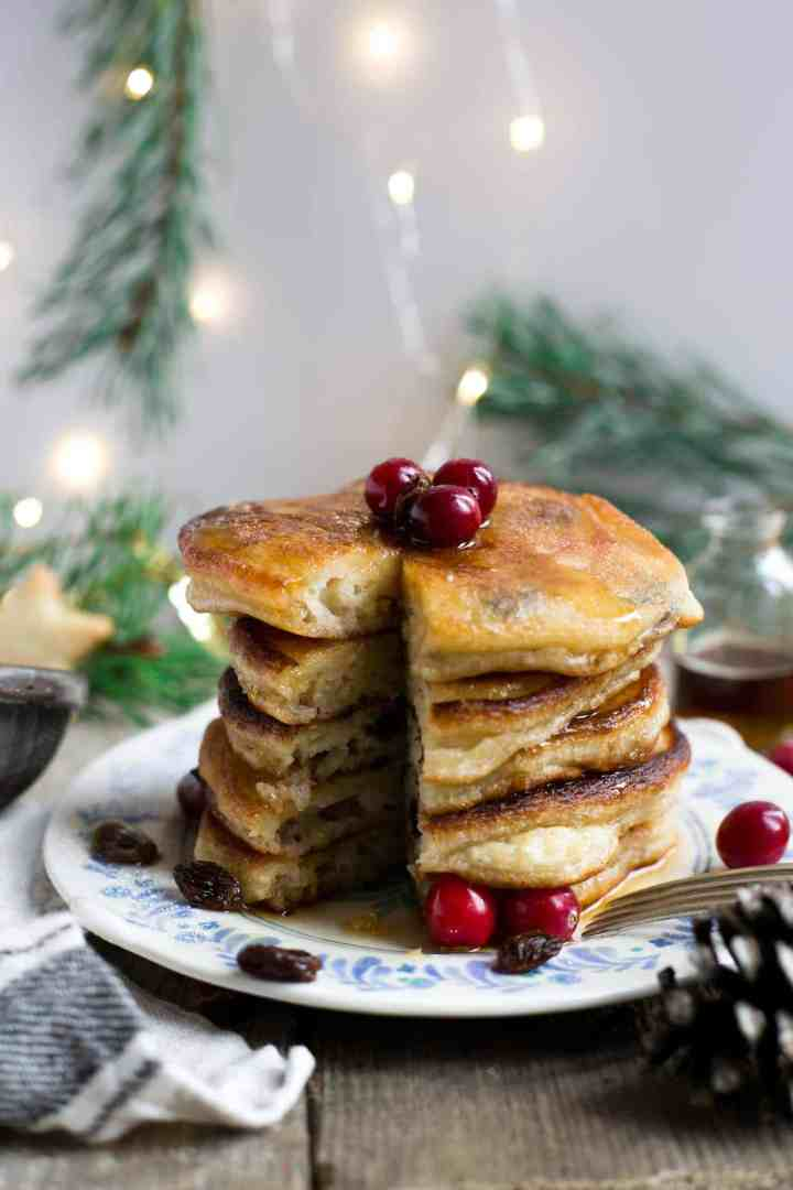 Rum & raisin pancakes, super fluffy and soft, perfect for #Christmas breakfast! #vegan #dairyfree #pancakes | via @annabanana.co