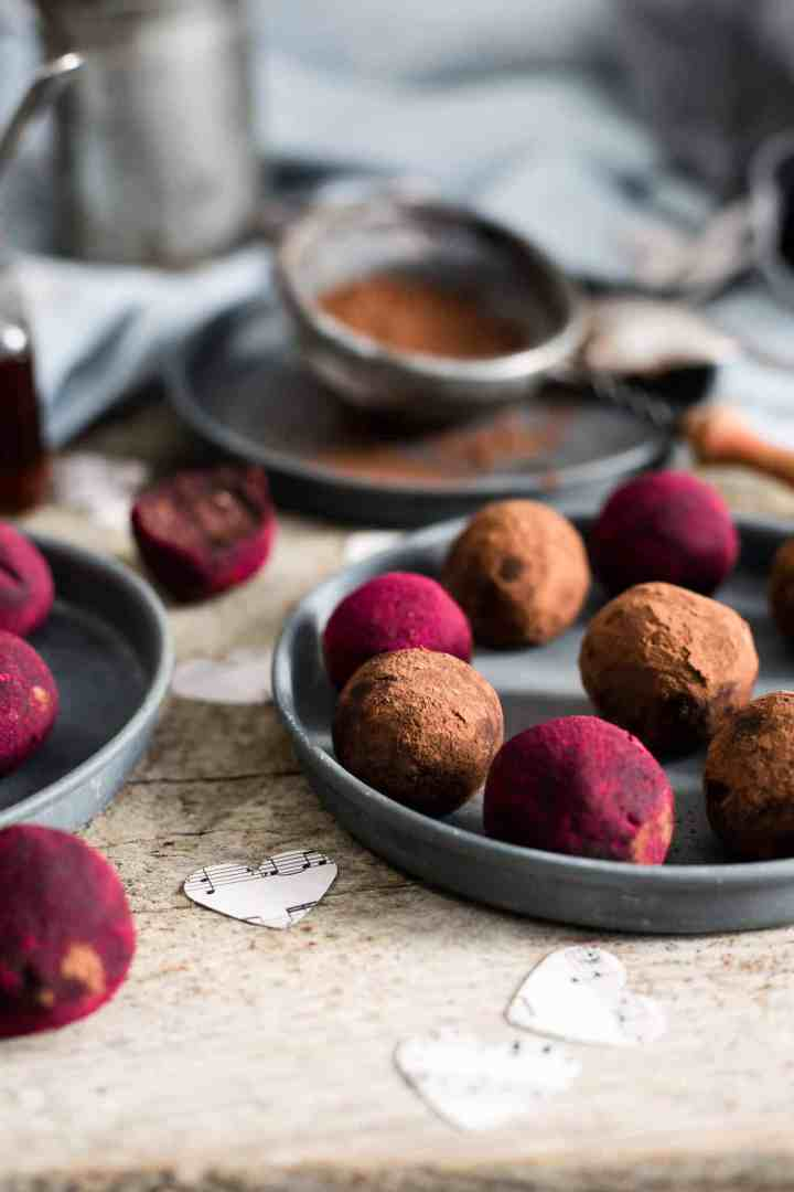 Easy and absolutely delicious recipe for chocolate and peanut butter truffles #refinedsugarfree #dairyfree #vegan | via @annabanana.co